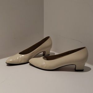 Salvatore Ferragamo beige leather pumps US 6C